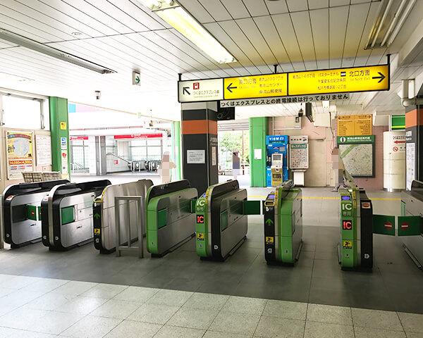 武蔵野線は改札を出たら左に曲がります