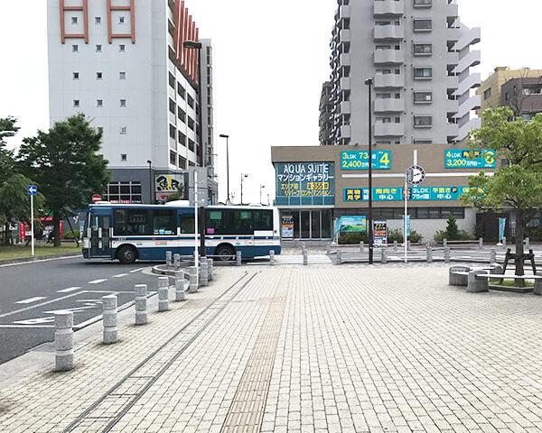 タクシー乗り場を直進し横断歩道を渡ります