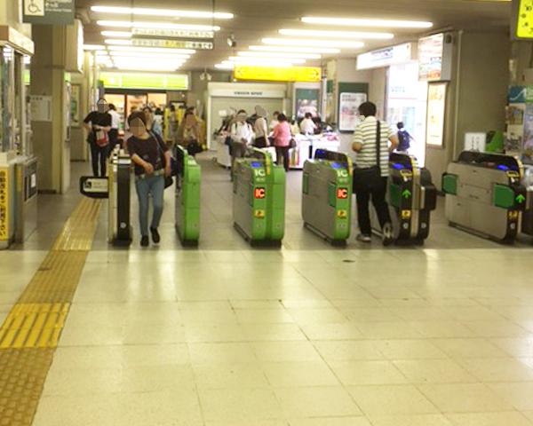 下総中山駅改札を出ます