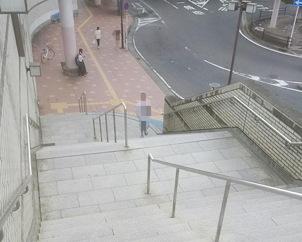 西口の階段を降り右へ進みます
