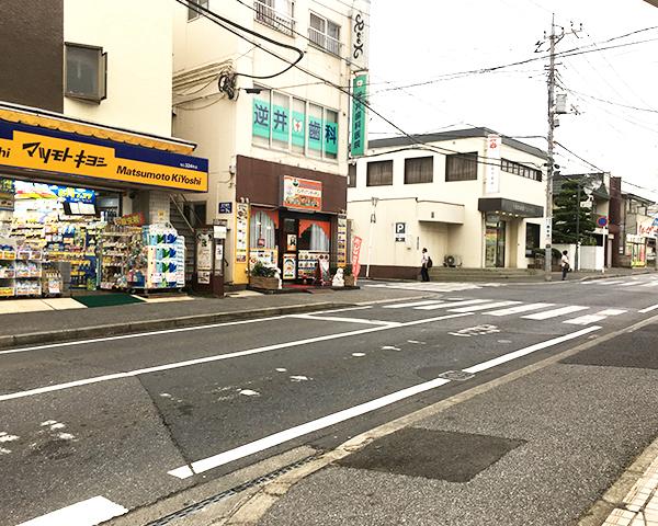 右手側に横断歩道がありますのでこちらをご利用ください