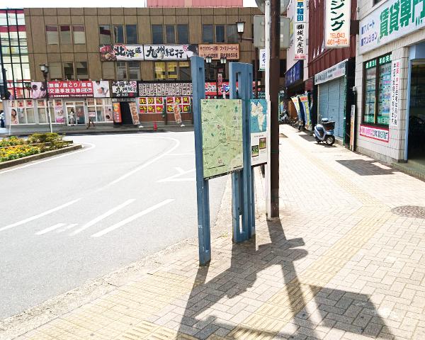 階段を降りるとバス停があるので右に曲がります
