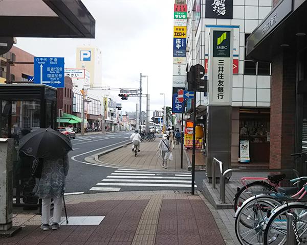 右手に三井住友銀行があります